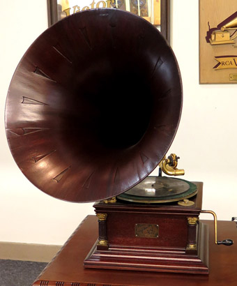 Victor VI with Mahogany Speartip Horn